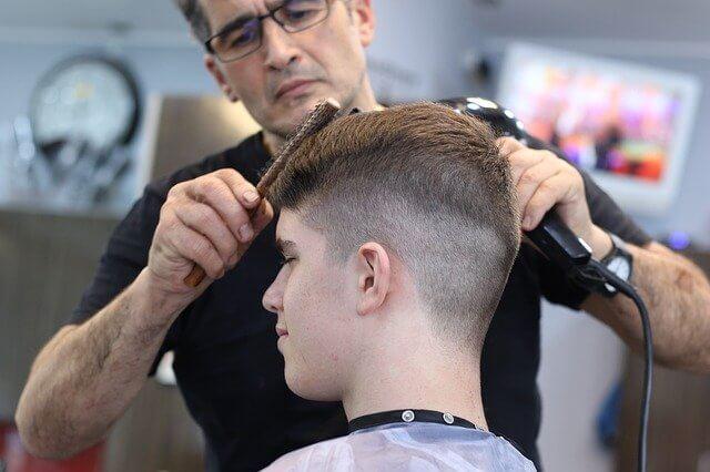 rapaz cortando cabelo